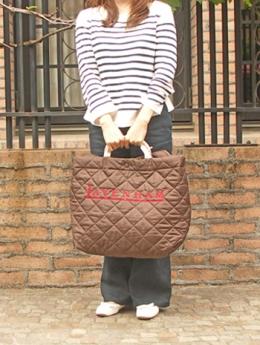 LAVENHAM(ラベンハム)ロゴ入り2WAYバッグ/使用例:女性